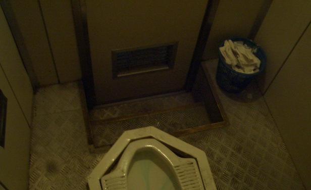 中国おもしろ珍道中,トイレ事情
